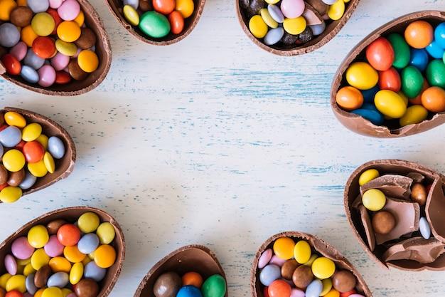 丸で囲まれたチョコレートの卵