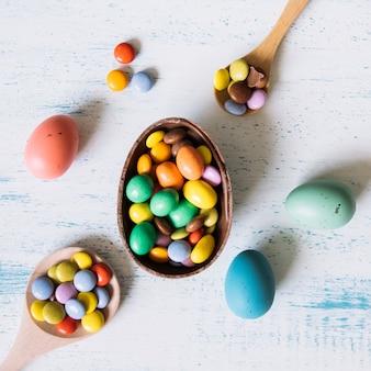 Крупным планом шоколадное яйцо с гранулами