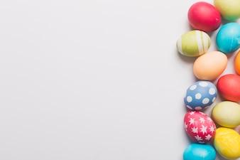 色のついた卵の束