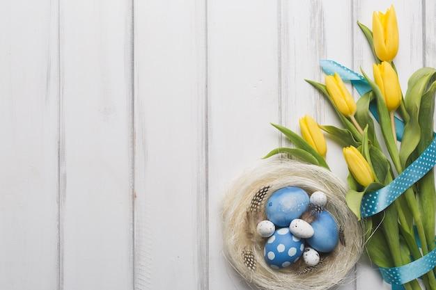 卵と巣の近くの花束