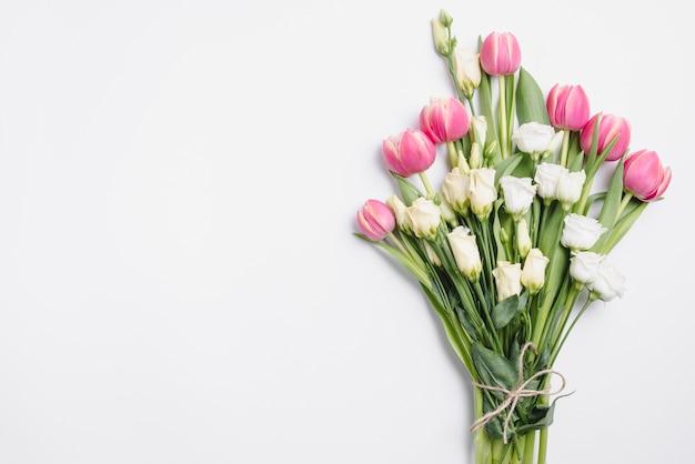 バラとチューリップの花束
