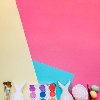 卵とウサギのフィギュアを塗った塗料