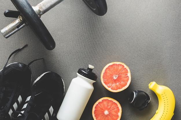 スポーツ用品の近くのグレープフルーツ