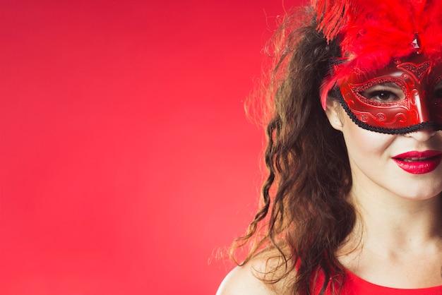 赤いカーニバルのマスクのかわいい女性
