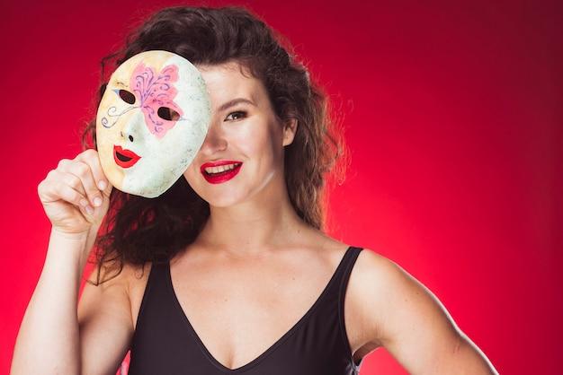 カラフルなマスクで立つ笑顔の女性