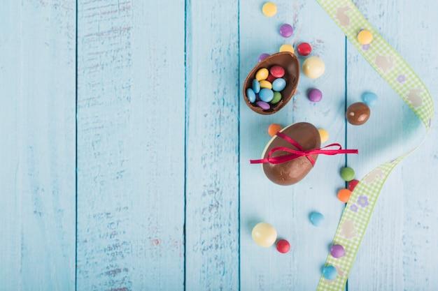 チョコレートの卵の近くのリボン