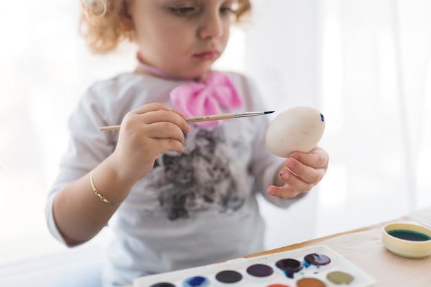 Прекрасная картина девушки на яйце