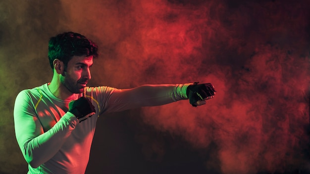 深刻なボクシングの男の煙