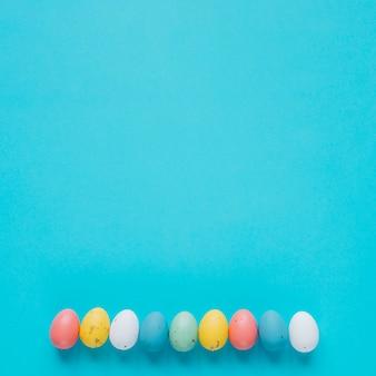 細い色の卵が青色に並んでいる