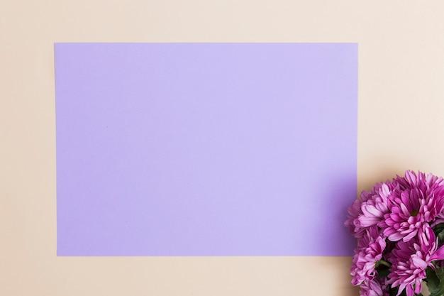 Фиолетовые цветы и лист бумаги