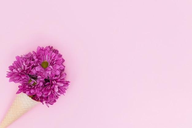 Букет цветов в вафельном конусе