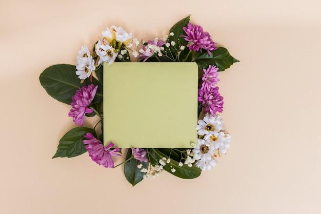 緑の紙と花