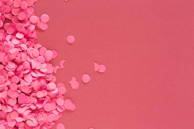 Красочные розовые конфетти на розовом