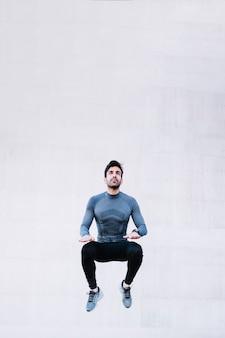 Красивый человек прыгает во время тренировки