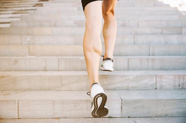 階段を積極的に走っている作物脚