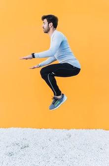 Человек прыгает во время тренировки