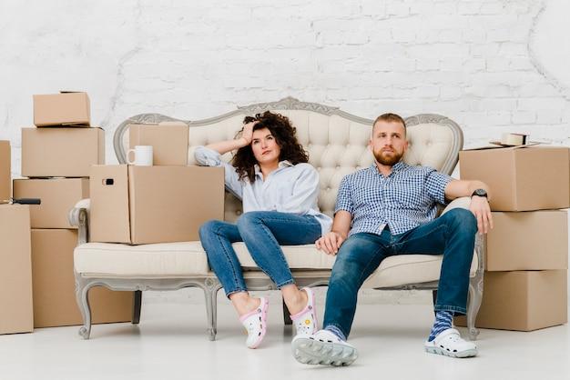 Люди, отдыхающие после переезда