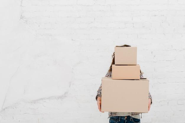 箱のヒープを持つ女性