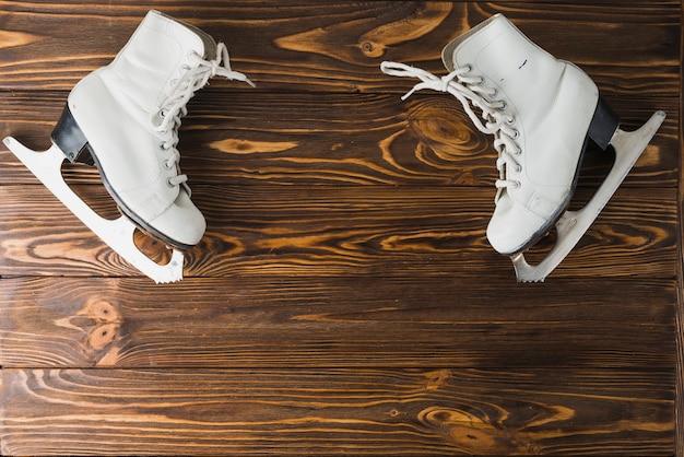 Ледовые коньки на столешнице