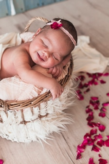 幸せに眠っている小さな赤ちゃん