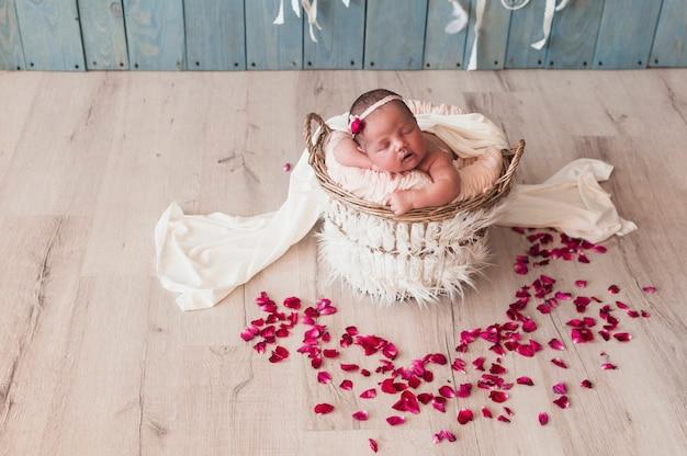 楽しく眠っている素敵な新生児