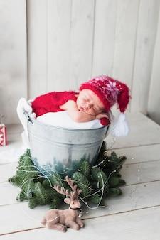 クリスマスの衣装で眠っている小さな赤ちゃん
