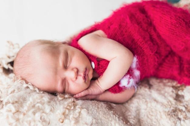 新生児の抱擁のクローズアップ