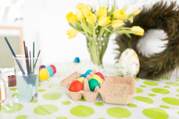 テーブル上の休日の鮮やかなイースターエッグ