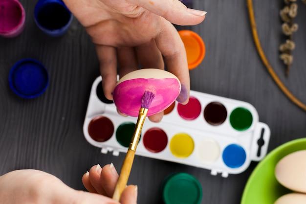 ピンクで卵を着色する手作りの手