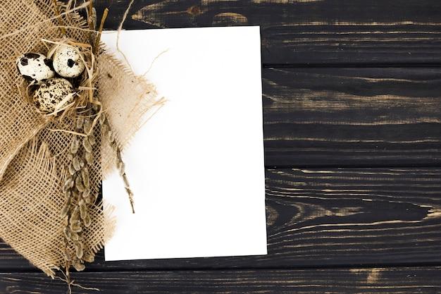 紙の葉の近くのウズラの卵
