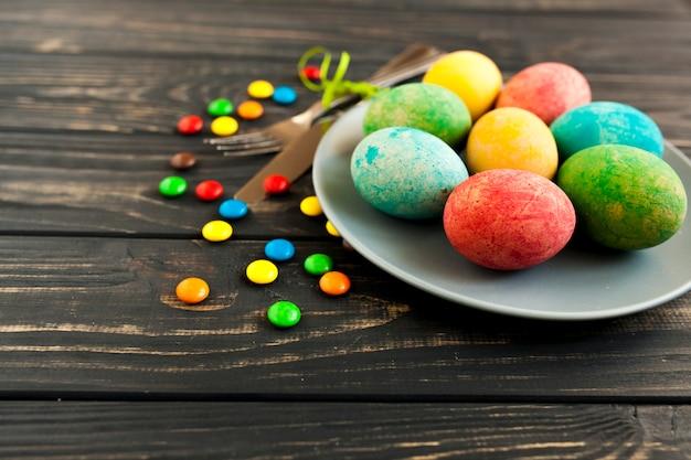 卵のあるプレートの近くのスイーツ