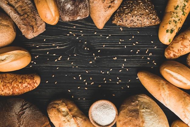 Буханки хлеба расположены по кругу