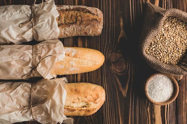 Зерно и длинные буханки хлеба