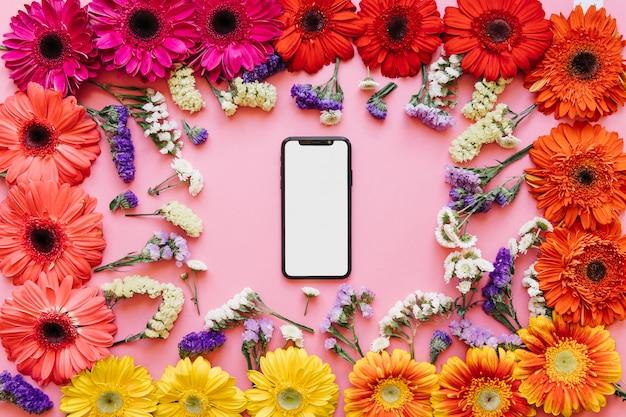 Высокотехнологичный смартфон в разноцветных цветах