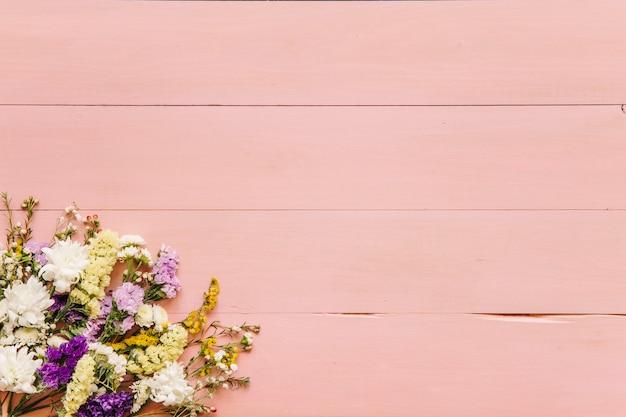 テーブルの花の束