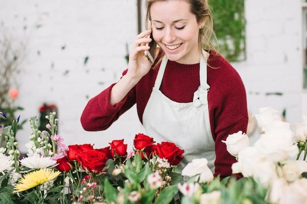 スマートフォンで話す魅力的な花屋