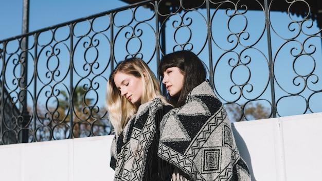 毛布で官能的な若い女性