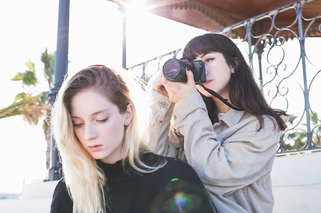 友人と一緒に冷やすカメラを使っている少女