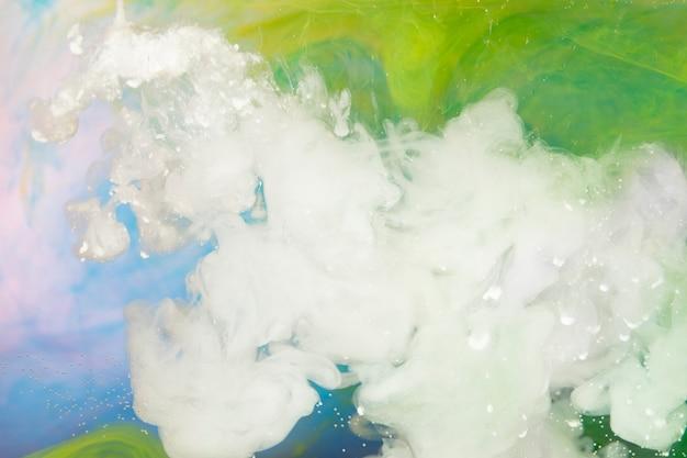 白い塗料が水に広がるスプラッシュ