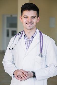 病院で陽気な若い医者