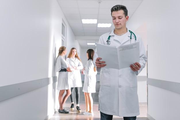 病院のホールで文書を持つメディック