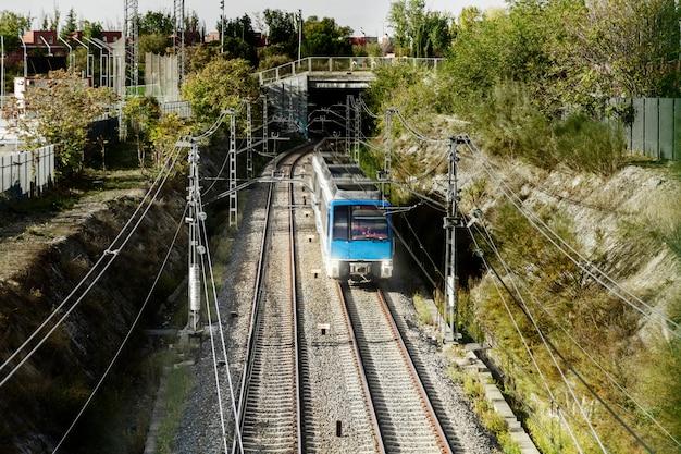 トンネルを出る列車