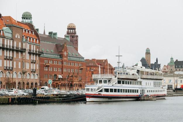 船のセーリングと旧市街のチャンネル