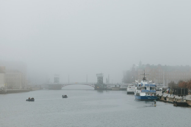 チャネルのある都市の曇った天気