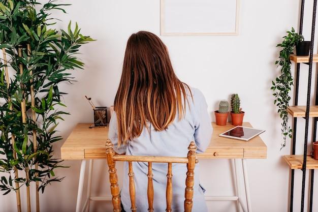 テーブルで一人で勉強する女性