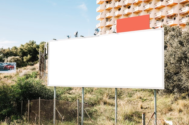 Чистый белый баннер в городе