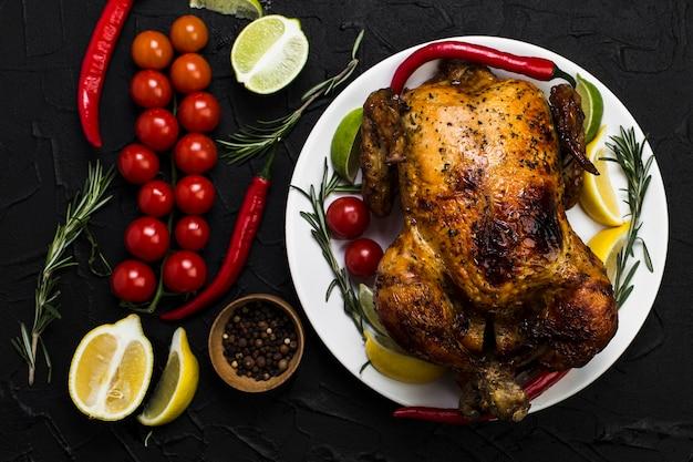 Овощи возле жареной курицы
