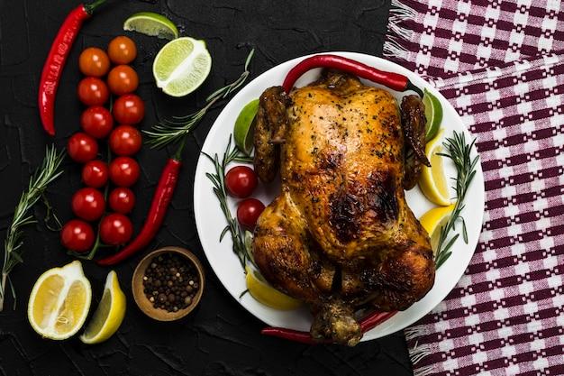 Салфетка рядом с курицей и овощами