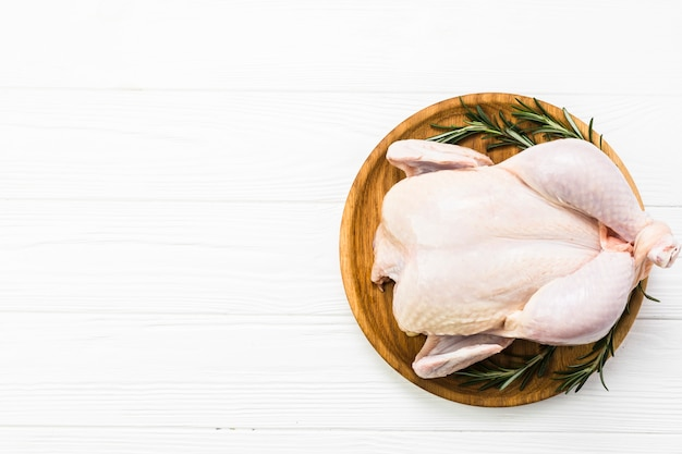 Курица и розмарин на тарелке