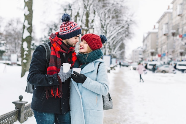 冬の通りに愛する若いカップル